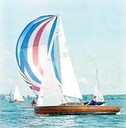 Jollenkreuzer with spinnaker